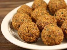 Falafel 200 gr naut, 2 felii franzela (fara coaja), 1 ling... Vegetarian Recipes, Cooking Recipes, Good Food, Yummy Food, Lebanese Recipes, Quinoa, Appetizers, Favorite Recipes, Vegetables