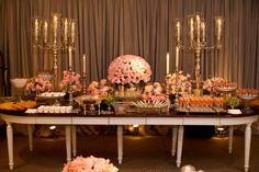 dois candelabros e um arranjo de flores gordinho e baixinho, adorei!