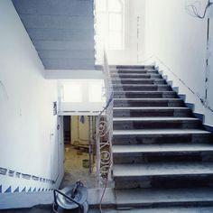 Baufotos mit Öffnung für Glaskuppel Stairs, Home Decor, Common Projects, Blue Houses, Restoration, Stairway, House, Ladders, Homemade Home Decor