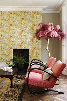 Not sure what we love more, this Matthew Williamson @osbornelittle Samana Bird of Paradise wallpaper or that fabulous feather-topped tree!