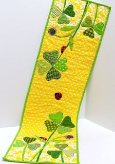 Table runner for St. Patricks Day and Spring by moonspiritstudios Table Runner And Placemats, Table Runner Pattern, Quilted Table Runners, Small Quilts, Mini Quilts, Quilting Projects, Sewing Projects, Quilting Ideas, Image Deco
