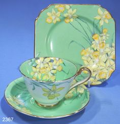 with Art Deco Daffodils hand painted on Bone China… - Antique Gladstone China ….with Art Deco Daffodils hand painted on Bone China… Antique Gladstone China ….with Art Deco Daffodils hand painted on Bone China… Vintage Crockery, Vintage Cups, Vintage China, Vintage Party, Vintage Green, Art Deco, Teapots And Cups, China Art, China Tea Cups