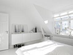 monochromatic_copenhagen_townhouse_master_bedroom.jpg 640×480 pixels
