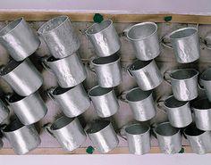 Canecas, s.d. 32 canecas de alumínio, madeira, papelão e fios de arame 110 x 48 x 10 cm Museu Bispo do Rosario (Rio de Janeiro, RJ)