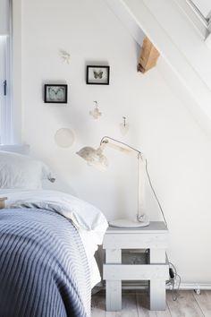 KARWEI |Aflevering 7: Het krukje is handig als bijzettafel, maar ook als nachtkastje. #karwei #vtwonen #doehetzelf #diy #krukje #slaapkamer #nachtkastje