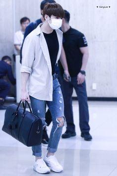 pjm and bts gifs Bts Airport, Airport Style, Airport Fashion, Maknae Of Bts, Bts Jungkook, Jung Kook, Cowgirl Style Outfits, Fashion Outfits, Mens Fashion