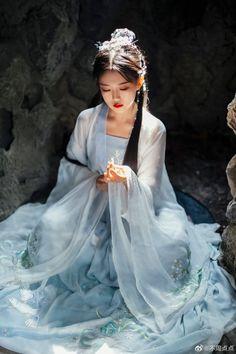 Chinese Clothing Traditional, Traditional Japanese Kimono, Traditional Fashion, Traditional Dresses, Geisha, Beautiful Chinese Women, Art Anime, China Girl, Foto Pose