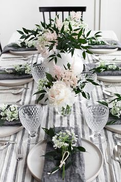 Moderne minimalistische Tischdekoration wedding table settings Spring Table for Mother's Day - Homey Oh My Dining Room Table Centerpieces, Table Arrangements, Decoration Table, Flower Arrangements, Dining Tables, Centerpiece Ideas, Dining Table Settings, Dining Table Cloth, Floral Centerpieces