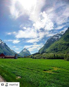 Fjell og sol. Vakkert! #reiseliv #reisetips #reiseblogger #reiseråd  #Repost @mort1sl (@get_repost)  Dette er nok en av mine favoritt deler av Norge. Fjella er mektige og naturen viser styrke. Det minner om et eventyr og det er ikke hver dag solen skinner der   #mittlekeland #friluftsliv