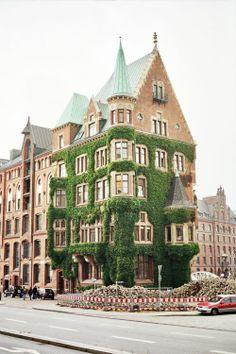Hamburg, een huis door klimplanten overwoekerd