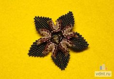 Master class Flower using peyote and herringbone.  Very clear pix but translate ~ Seed Bead Tutorials