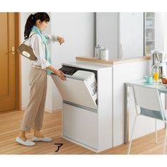お出かけ前の忙しい時や調理中、つい途中で手を放して閉めてしまって「バタン!」と音がするのがストレス…。そんなお悩みを解決する静音設計の分別ゴミ箱。奥行25cmの薄型で狭いキッチンの隙間にも置けるスリムサイズ。ふた付きペールでにおい漏れもしません。