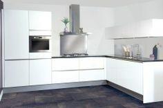 Greeploos in een hoekopstelling witte fronten met zwart granieten werkblad.   http://www.grando.nl/vestigingen/grando-hoorn/collectie/keukens