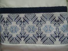 Una ampliación del bordado yugoslavo en sobrefundas blancas