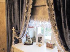 Купить или заказать Винтажные шторы из бархата в Викторианском стиле. в интернет-магазине на Ярмарке Мастеров. Шторы винтажные из бархата черничного цвета на хлопковой основе с широким кружевом. Бархат на хлопковой основе это самый качественный и красивый бархат. Шторы в Викторианском стиле станут украшением любой комнаты гостиной, спальни. В данном варианте штора пошита в спальню для девочки 10 лет. Кружево шириной 40 см. Пошью шторы любого цвета. К этим шторам пошью римскую штору из шелка…