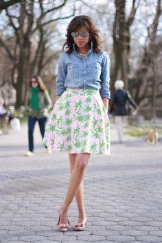 Camisa jeans e saia floral par um look animado!