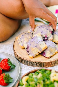 Vegan Lavender Blueberry Pop Tarts Radiant Rachels - These Adorable Vegan Blueberry Pop Tarts Are Bursting With Sweet Berries And Scented With A Hint Of Lovely Lavender We Are At The Peak Of Blueberry Season Blueberries Are My Favourite Berry And I Ne Healthy Vegan Dessert, Vegan Dessert Recipes, Vegan Treats, Vegan Foods, Whole Food Recipes, Cooking Recipes, Vegan Pie, Cooking Ham, Vegan Recipes Summer