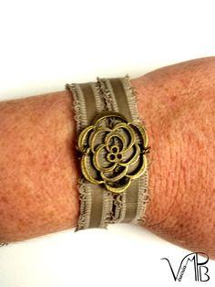 """""""Récup!"""" Bracelet à base de bretelle de lingerie, Rose Filigrane bronze : Bracelet par verocrea"""