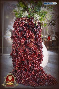 Uvas desbordándose de un jarrón frente al templo Sede Internacional de la Iglesia La Luz del Mundo en Guadalajara, Jal. México. #LLDMarreglos