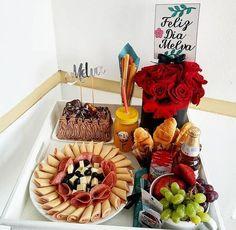 Desayunos y detalles personalizados para todo Santo Domingo . Bandejas decoradas #desayuno ... Breakfast Basket, Breakfast Tray, Gift Box Birthday, Man Birthday, Bouquet Box, Charcuterie Recipes, Flower Box Gift, Snack Recipes, Snacks
