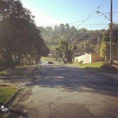 Quase todo dia desço a minha rua e vejo o ônibus passando lá embaixo. #atrasada