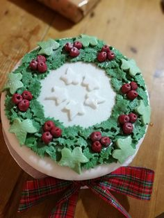 Holly and ivy wreath Christmas Cake Decorations, Christmas Desserts, Christmas Ideas, Cake Ideas, Ivy, Cake Decorating, Food, Christmas Deserts, Eten