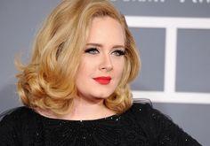 O estilo de Adele: cantora investe em muito preto, texturas e maquiagem impecável