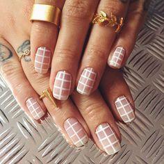 Des ongles à carreaux pour rocker la tendance negative space!