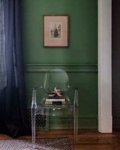Farrow & Ball Yeabridge Green (with north light). Green walls, navy ceiling, room and pictures peachy pinks Green Dining Room, Living Room Green, Hallway Inspiration, Interior Inspiration, Green Painted Walls, Green Walls, Monochromatic Room, Decoration For Ganpati, Wood Store