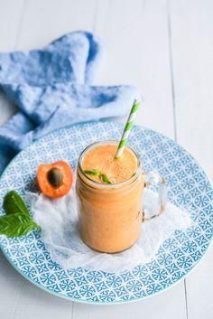 """Smoothie abricot, pastèque et basilic """"le surprenant"""" - Ingrédients : 5 gros abricots, 1/2 pastèque sans pépins, 10 feuilles de basilic, des glaçons"""