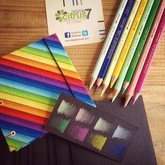 Porque sobre ausencia de color también se pueden plasmar ideas coloridas. Nuestra libreta - sketchbook 10x10 con cartulina negra de 320grs.