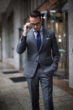 Business: The Classic Charcoal Grey Suit charcoal grey business suitcharcoal grey business suit Grey Wool Suit, Charcoal Gray Suit, Grey Suit Men, Grey Suit Black Shirt, Grey Suits, Charcoal Color, Mens Fashion Sweaters, Mens Fashion Suits, Business Outfit