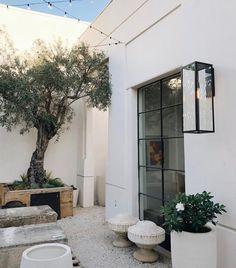 20 Courtyard Garden Walled for Neat Plant Arrangement Design Outdoor Rooms, Outdoor Gardens, Outdoor Living, Outdoor Decor, Exterior Design, Interior And Exterior, Casa Patio, Awning Patio, Pergola Patio