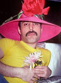 Queen Freddie Mercury, I Am A Queen, Save The Queen, Freddie Mercuri, Queen Photos, Queen Band, Killer Queen, Rock Posters, Pink Hat