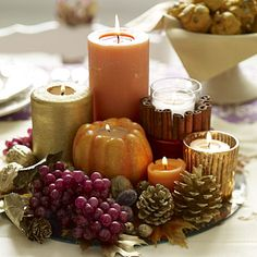 Celebrate the Thanksgiving day in style with delectable dishes and elegant table decorations. Be inspired by things around you to make Thanksgiving centerpieces. Thanksgiving Table Settings, Thanksgiving Centerpieces, Thanksgiving Ideas, Holiday Tables, Christmas Tables, Chandeliers, Decoration Table, Centerpiece Ideas, Wedding Centerpieces