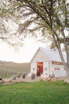 Location: Paso Robles, CaliforniaEast Coast cool meets West Coast  sunshine at this whitewashed barn just a few hours north of Los Angeles. Get the details. @theweddingomd #theweddingofmydreams