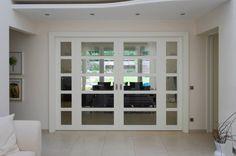 Türen sind gleichzeitig Grenzen und Verbindungen. Eine offene Tür ist eine Einladung hereinzukommen; eine geschlossene Tür hingegen ein eindeutiges Signal, dass man besser nicht eintritt. Türen in Innenräumen können zusätzlich ganz unterschiedliche Funktionen erfüllen...