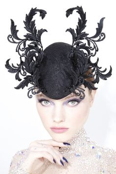 Galleries of haute couture and ready to wear hat collections and handbags. Sombreros Fascinator, Fascinator Hats, Caroline Reboux, Suzy, Philip Treacy Hats, Hair Decorations, Pearl Headband, Head Accessories, Hat Hairstyles