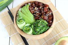 De ideale vrijdagavond maaltijd: een poké bowl met tonijn, avocado en zeewier. De marinade is goddelijk en dat wil je echt geprobeerd hebben.