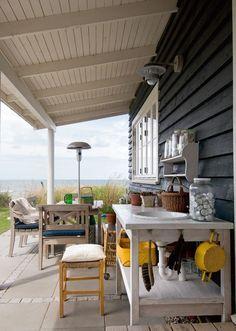 Liseleje har altid været stedet at holde sommerferie for ejendomsmægler Mette Lykken og hendes mand, Tony Mortensen. Men der skulle gå 10 år, før de forfremmede det gamle træhus i 1. række ...