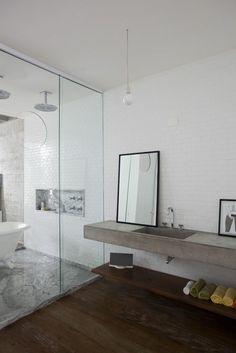 große duschkabine und schöner badspiegel im weißen badezimmer