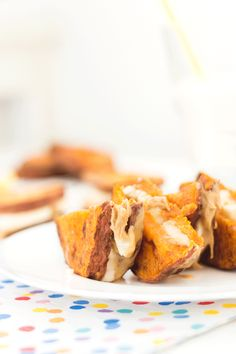 These banana and peanut butter sweet potato sandwiches may sound a bit strange but they are seriously addictive! They make a great lunch or sweet snack for toddlers or kids. Gluten free and dairy free Healthy Deserts, Healthy Snacks, Roasted Sweet Potato Slices, Baby Food Recipes, Snack Recipes, Potato Sandwich, Healthy Sandwiches, Peanut Butter Banana, Healthy Muffins