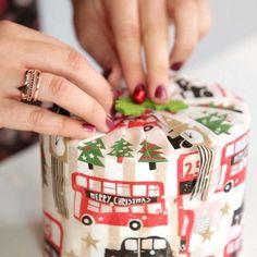emballage cadeau Noël : boîte en bois massif enveloppée dans un papier coloré à motifs rigolos