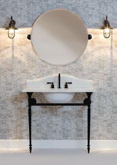 Le style Art déco apporte classe et originalité à la salle de bains. Découvrez nos 5 conseils pour adopter le style Art Déco dans votre salle de bains. Built In Bath, English Farmhouse, Cast Iron Bath, Toilet Sink, Towel Radiator, Cast Iron Radiators, Bathroom Taps, Ceramic Sink, Farmhouse Interior