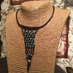 Colgante de micro-macramé negro con cuentas verde esmeralda. Micro macramé necklace with turquoise beads. #AbaloriosAlcoba  #Moda #Abalorios #Fashion #Beads  #MicroMacrame #Macrame  #Collar #Necklace