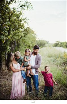 I love the suttle color pop here and there Family Photos What To Wear, Winter Family Photos, Family Pics, Family Posing, Family Portraits, Family Of 5, Family Goals, Family Photo Outfits, Family Photo Sessions