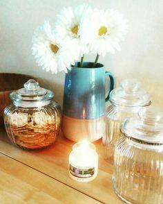 """interio design Brocca dal Portogallo vedi in vetro di Coin Fuori in stoffa di Ikea candela yankee candle """"clean cotton"""" Tavolo Ikea Ciotola in legno Ikea"""