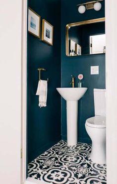 Small WC / powder room painted in dark blue with gold hardware Kleine Toilette / Gästetoilette in Du Powder Room Paint, Blue Powder Rooms, Small Powder Rooms, Gold Powder, Bad Inspiration, Bathroom Inspiration, Small Toilet Room, Small Dark Bathroom, Dark Blue Bathrooms