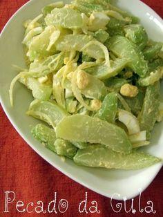 Esta saladinha é mais uma sugestão para o dia-a-dia. Aprendi com uma amiga no Japão, a Lucinha. É simples e gostosa e na verdade não tem med... Healthy Menu, Healthy Salads, Healthy Eating, Obesity Help, Salad Recipes, Vegan Recipes, Food Park, Olive Salad, Portuguese Recipes