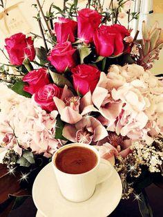 Coffee and flowers Coffee And Books, I Love Coffee, Coffee Heart, Good Morning Coffee, Coffee Break, Breakfast Tea, Coffee Photography, Turkish Coffee, Coffee Cafe